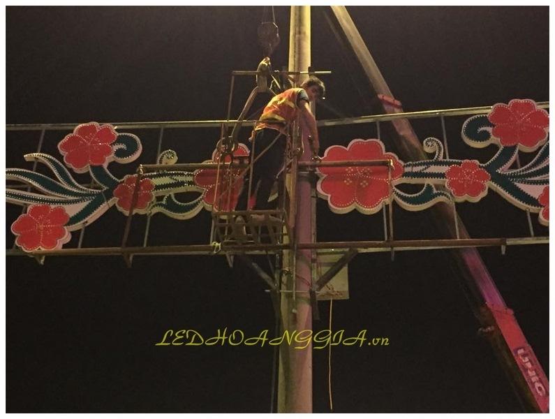 Khung hoa văn trang trí gắn trên cột điện